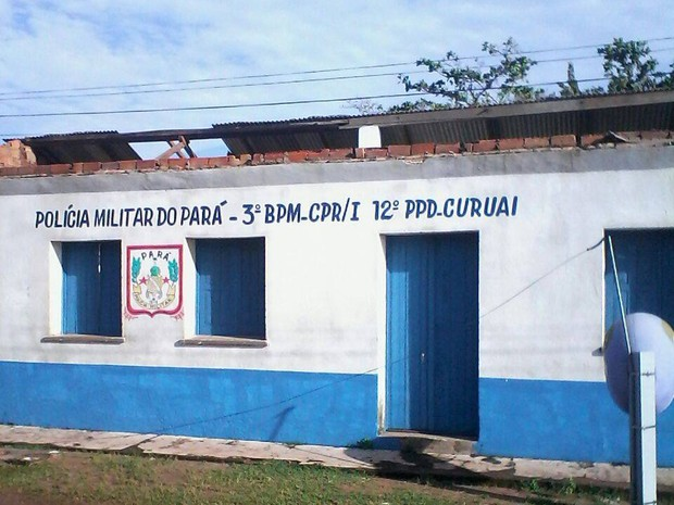 Ventania destelhou casas e causou destruição de parte de um posto da Polícia Militar. (Foto: Clemerson Menezes)