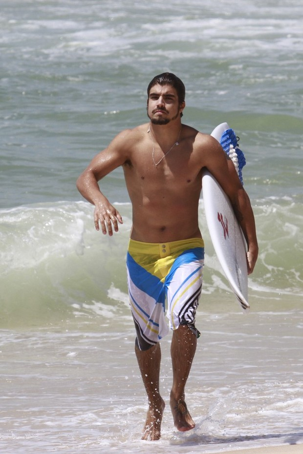 Caio Castro surfa na praia da Macumba (Foto: Dilson Silva / Agnews)