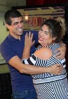 Marcius Melhem agarra Fabiana Karla em coletiva de imprensa do 'Zorra'