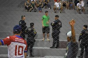 Terceiro torcedor é revistado em busca de laser (Foto: Emanuele Madeira/GloboEsporte.com)