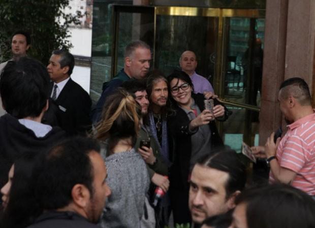 Steven Tyler com fãs (Foto: Reprodução)