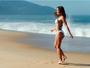 Sabrina Sato mostra pernas malhadas e barriga chapada na praia
