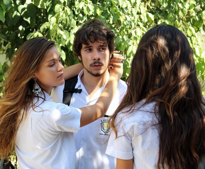 Alina beija Luan na frente da Luciana!! (Foto: Bruno Cavalieri/Gshow)