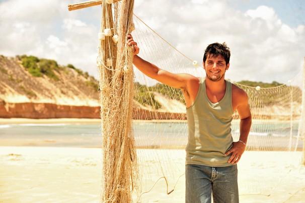 Bruno Gissoni é Juliano, um pescador que vai se apaixonar por uma mulher mais velha em Flor do Caribe (Foto: João Miguel JR./Rede Globo)