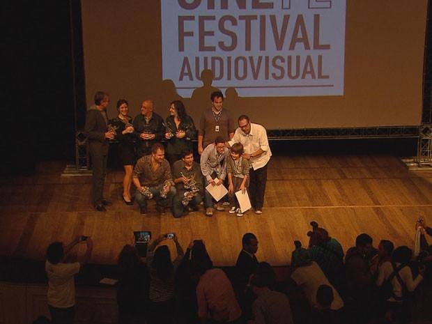 """Elenco de """"Muitos homens num só"""" recebe prêmios (Foto: Reprodução / Tv Globo)"""