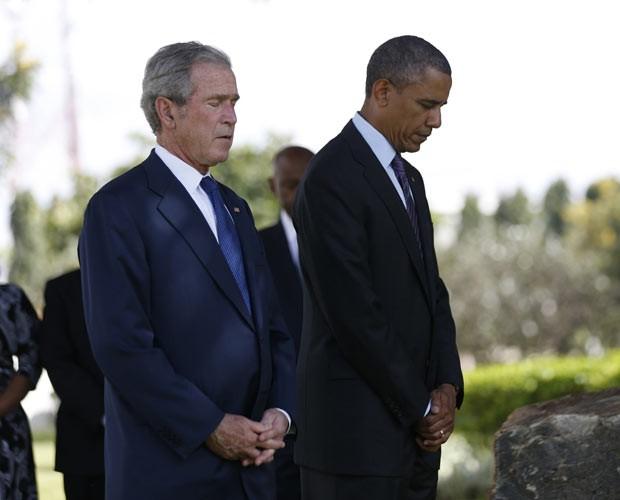 O ex-presidente dos EUA George W. Bush e o atual presidente, Barack Obama, durante cerimônia nesta segunda-feira (2) em Dar es Salaam, na Tanzânia