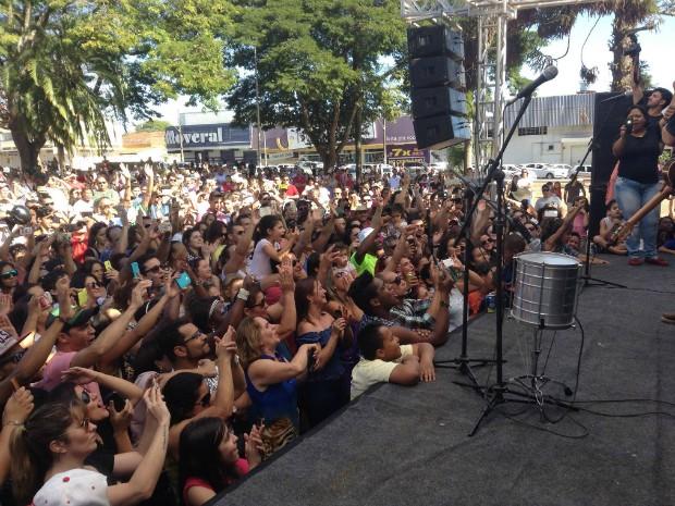 Show da dupla em Araguari reuniu milhares de pessoas na praça (Foto: Marcos Lander)