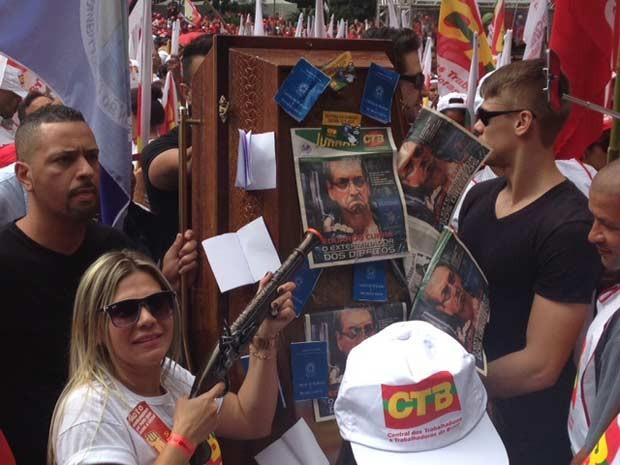 Manifestante coloca foto de Eduardo Cunha em caixão. (Foto: Rafael Miotto/G1)
