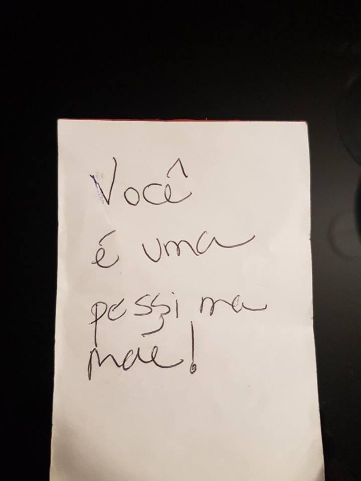 Mulher tenta deixar mãe culpada com um bilhete deixado em cima da mesa  (Foto: Reprodução Facebook)