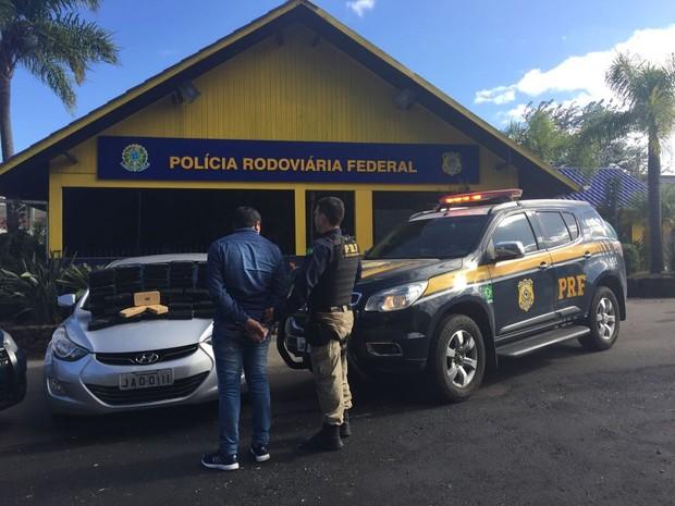 Droga estava escondida em fundo falso de carro que era conduzido por homem de 32 anos, que foi preso (Foto: PRF/Divulgação)