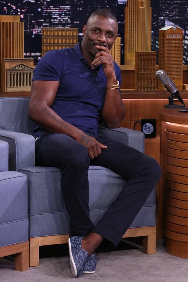 Tudo azul no visual de Idris Elba (Foto: gq.com)