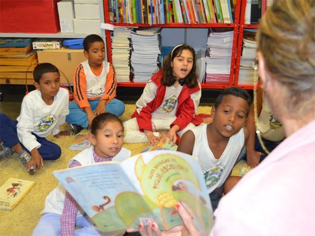 Alunos da escola municipal têm ouvem histórias uma vez por semana, diz pedagoga (Foto: Igor Savenhado/G1)