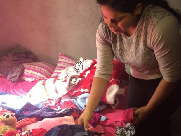 Josenilda Miranda guarda roupas e brinquedos de Emili (Foto: Cinthia Raasch/RBS TV)