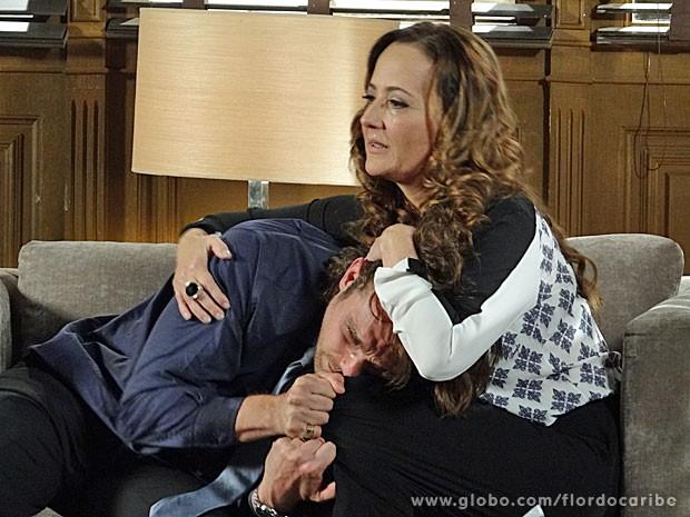 Guiomar consola o filho descontrolado (Foto: Flor do Caribe / TV Globo)