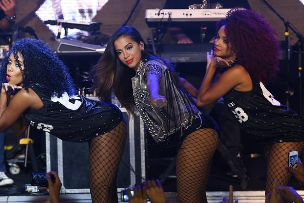 De shortinho e barriga de fora, Anitta sensualiza em show em São Paulo