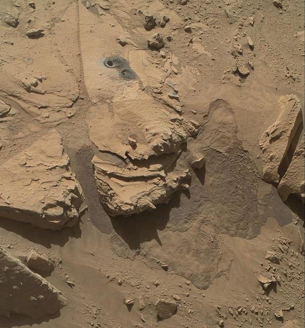 Imagem também feita pelo Curiosity mostra região da rocha Windjana, onde o robô perfurou um buraco para coleta de amostras de rocha  (Foto: NASA/JPL-Caltech/MSSS)