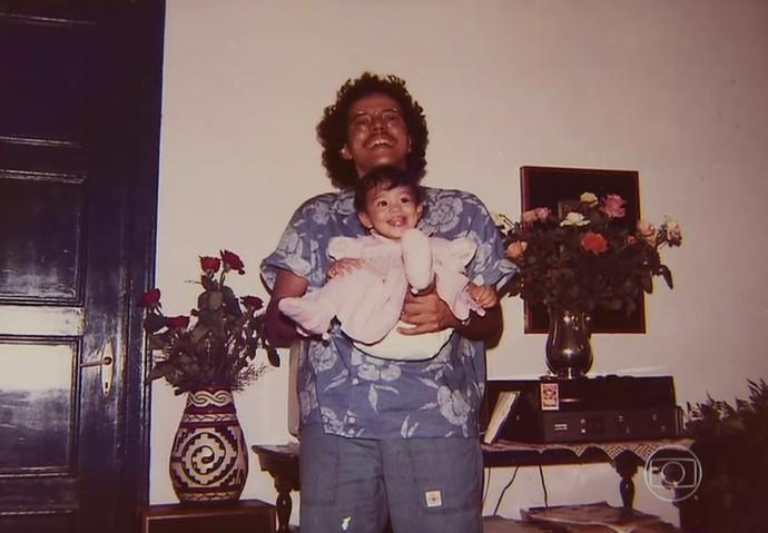 Carol Castro com o pai, Luca (Foto: TV Globo)