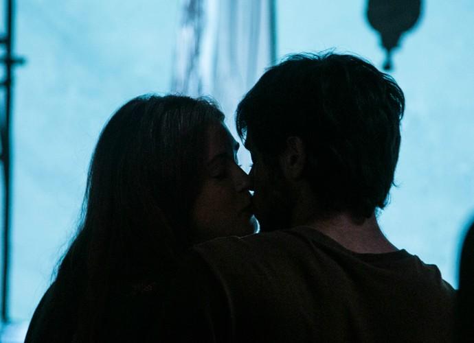 Eliza e Jonatas tem a primeira noite de amor (Foto: Raphael Dias / Gshow)