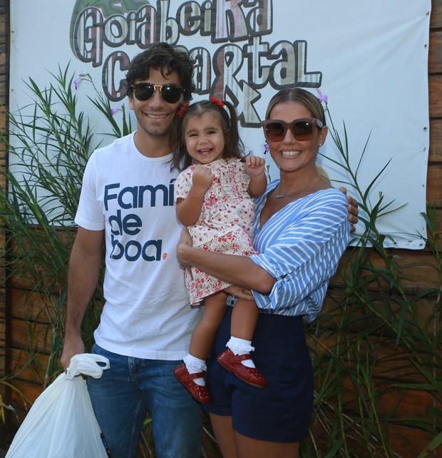 Deborah Secco e Hugo Moura foram com a pequena e graciosa, Maria Flor (Foto: DILSON SILVA/AGNEWS)