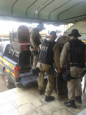 """Máquinas """"caça-níquel"""" são transportadas pela PRF em Dom Eliseu. (Foto: Divulgação / PRF)"""
