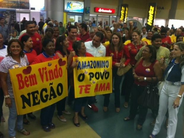 População lotou saguão do Aeroporto Eduardo Gomes para recepcionar Amazonino Mendes (Foto: Adneison Severiano/G1 AM)