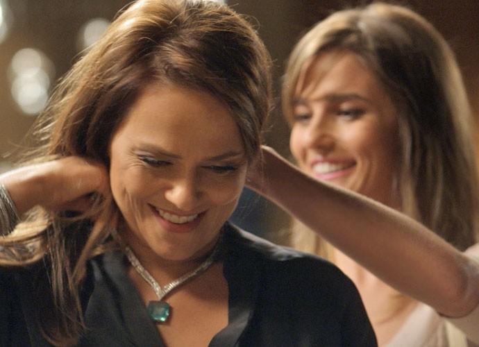 Mas a filha convence a herdeira da Bastille a usar o colar para deixar Germano feliz (Foto: TV Globo)