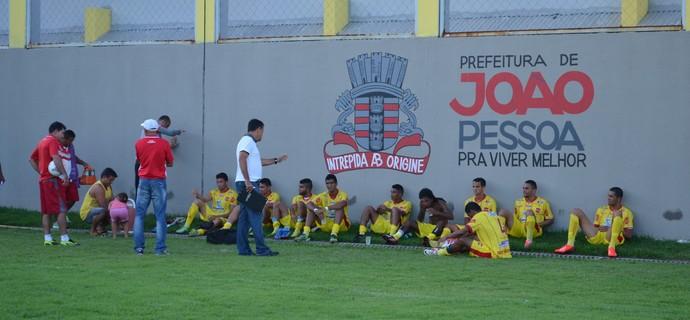 Auto Esporte recebe instruições do treinador durante o intervalo, no gramado do Estádio da Graça (Foto: Renata Vasconcellos / GloboEsporte.com/pb)