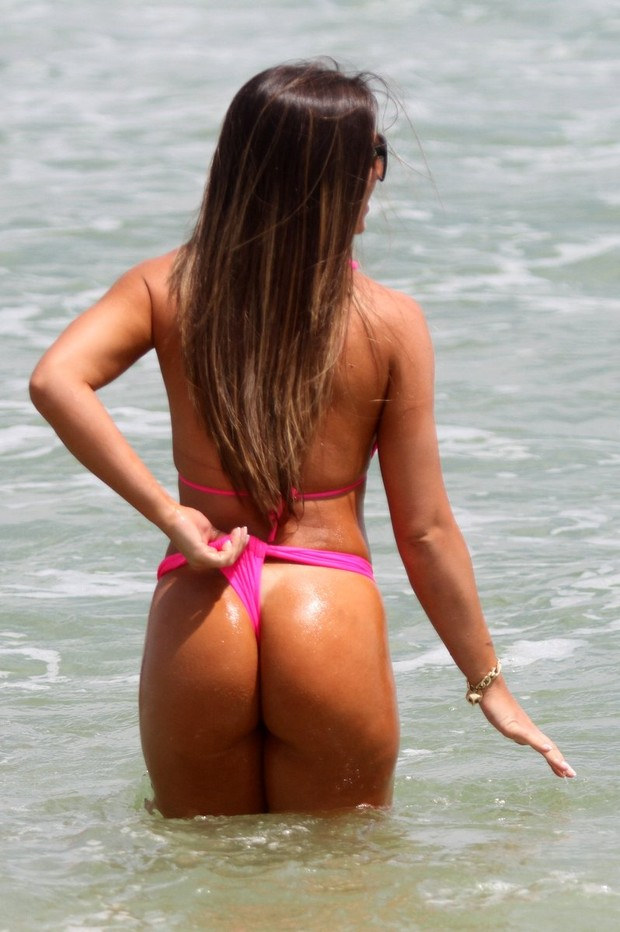 Nicole Bahls na praia (Foto: Marcos Ferreira / Foto Rio News)