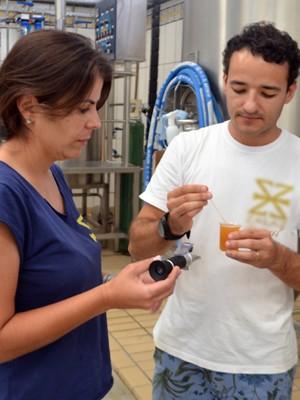 Casal se reúne aos finais de semana para produzir cerveja na zona rural de Paraisópolis (Foto: Lucas Soares/G1)