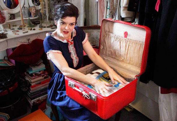 Louca pelos anos 30 e 40, a escocesa Tara Munro, dona da loja Ooh La La! Vintage, em Paris, organiza passeios em charmosos carros antigos e jantares em restaurantes retrô (Foto: Gabriela Gauziski)