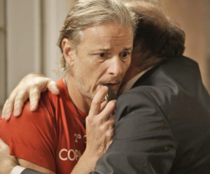 Vavá fica atônito com a notícia de que será papai e recebe abraço de Breno (Foto: TV Globo)
