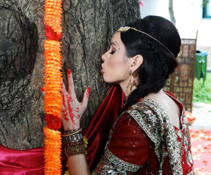Monica Iozzi se empolga com casamento e beija árvore (Foto: Brunella Menezes / Gshow)