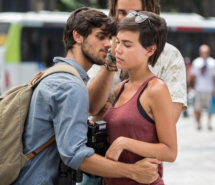 Jonatas saca que o clima não está muito bom com Leila (Foto: Fábio Rocha/Gshow)