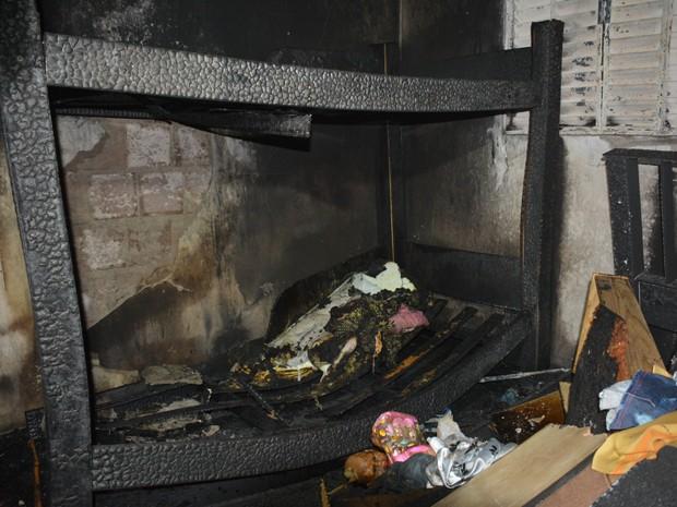Vela teria caído em colchão e iniciado o incêndio que matou as duas crianças, de 8 e 9 anos, em João Pessoa (Foto: Walter Paparazzo/G1)