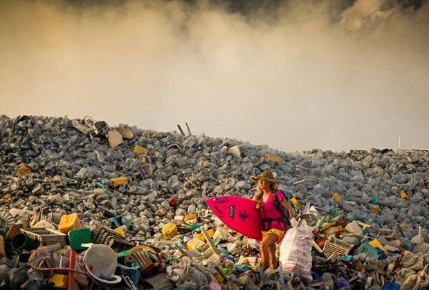 """Alison em aterro sanitário que reúne o lixo acumulado no arquipélago turístico: """"Vejo como uma oportunidade de produzir muitos biquínis cor de rosa"""" (Foto: Caters News/The Grosby Group)"""