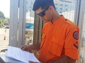 Cabo Nehemias de Melo com ordem judicial em frente ao Hospital Santa Helena (Foto: Isabella Calzolari/G1)