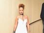 De batom azul, Rihanna recebe amigos em festa cheia de famosos