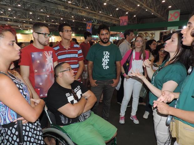 Além do acompanhamento com audiodescrição, o evento também oferecia da visita guiada com intérpretes de Libras para pessoas surdas (Foto: Moema França/G1)