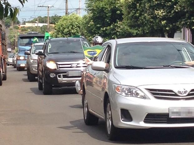 Em Fernandópolis, participantes fizeram uma carreata pela cidade (Foto: Priscila Motta/TV TEM)