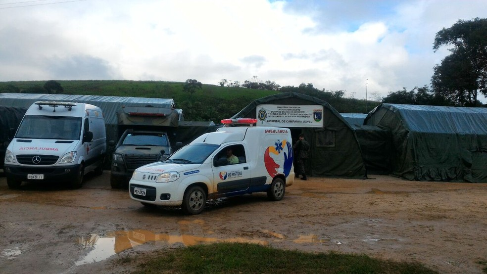 Barracas do hospital de campanha montado para prestar atendimento médico às vítimas ficam na PE-60, em Rio Formoso (Foto: Everaldo Silva/TV Globo)