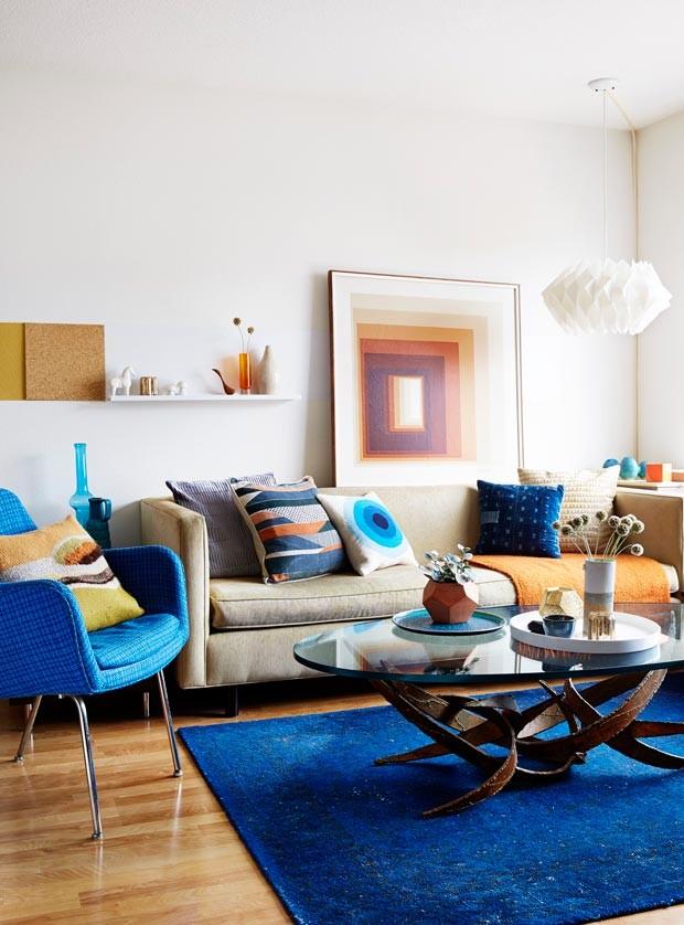 A sala onde Jonathan passa a maior do tempo foi decorado em tons de azul. A cor traz eficiência, limpa os pensamentos e ajuda a ter clareza sobre o que é dispensável e o que realmente importa  (Foto: Rachel Whiting/Divulgação)
