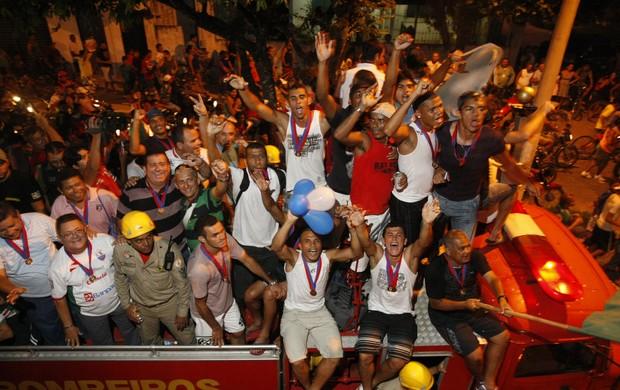Jogadores desfilaram no carro de bombeiros (Foto: Marcelo Seabra/O Liberal)
