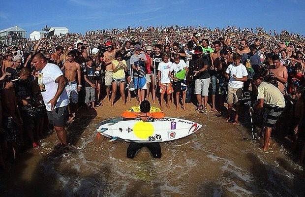 Multidão cerca Gabriel Medina na etapa de Portugal, onde ele poderia ter sido campeão (Foto: Márcio Fernandes / Estadão Conteúdo)