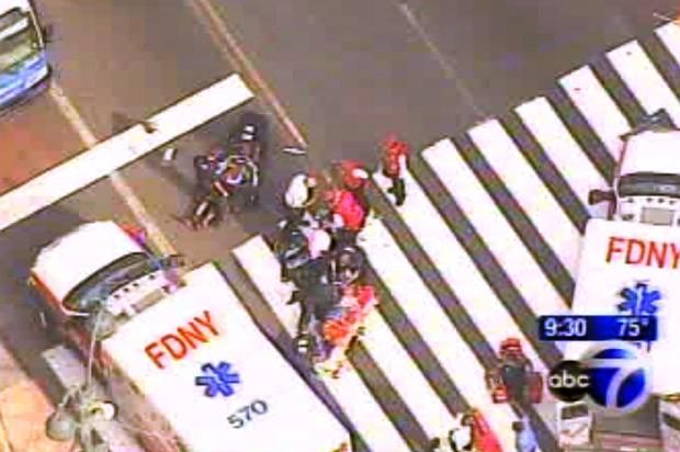 Imagens da emissora ABC mostra movimentação em local de tiroteio, na frente do Empire State, em Nova York (Foto: AP)