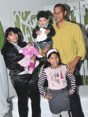 Ex-zagueiro Jean Elias com a família (Foto: Arquivo Pessoal)