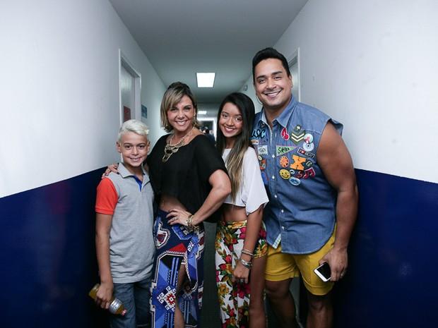 Carla Perez e Xanddy com os filhos, Camilly Victoria e Victor Alexandre, em show em Salvador, na Bahia (Foto: Raphael Castello/ Ag. News)
