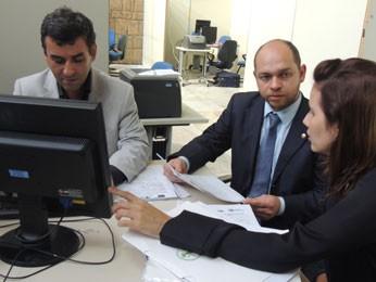 Coordenadores do mutirão discutem processos no Fórum Joana Bezerra (Foto: Luna Markman/ G1)