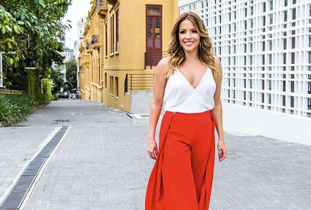 . (Foto: A atriz passeia pelo pátio externo da Villa Aymoré)