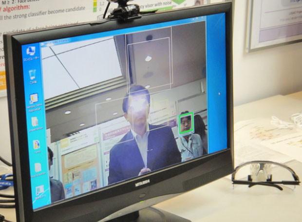 Rosto do usuário não é reconhecido por câmera ao usar os óculos (Foto: Divulgação/National Institute of Informatics)