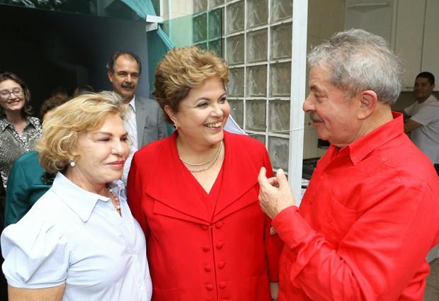 A presidente Dilma Rousseff com Luiz Inácio Lula da Silva e Dona Marisa em churrasco no Instituto Lula (Foto: Ricardo Stuckert/Instituto Lula)